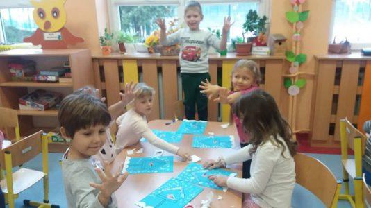 Grupa II-SÓWKI maluje karmnik dla ptaków paluszkami