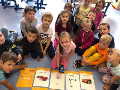 Przedszkolaki odczytują kody QR