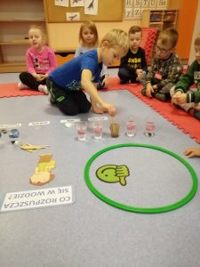 Eksperymenty z wodą w grupie II SÓWKI