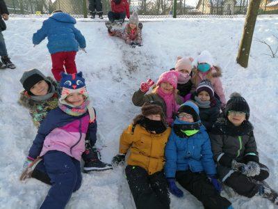 Zimowe szaleństwo na śniegu dzieci z grupy II – SÓWKI